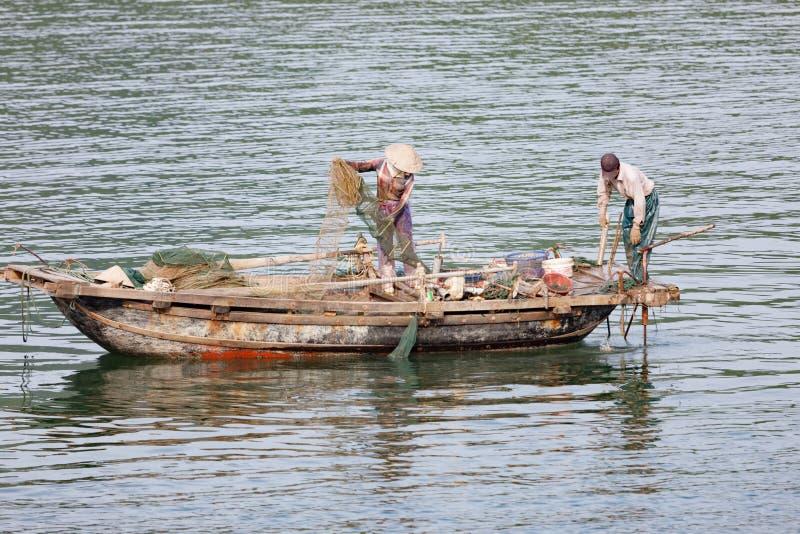 Pescador en la bahía de Halong en Vietnam fotos de archivo libres de regalías