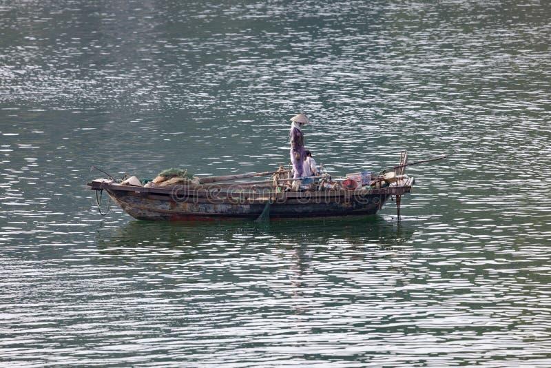 Pescador en la bah?a de Halong en Vietnam imagen de archivo libre de regalías
