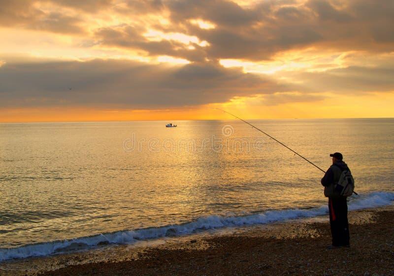 Pescador en la playa fotografía de archivo