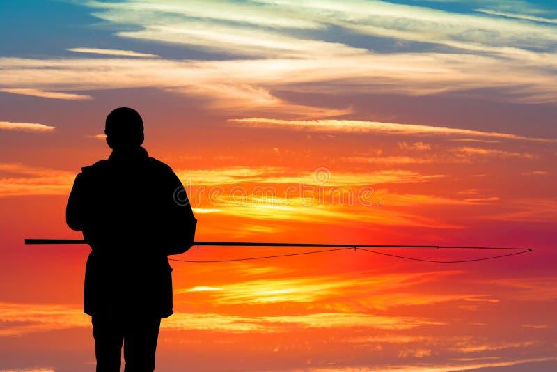 Pescador en la puesta del sol stock de ilustración