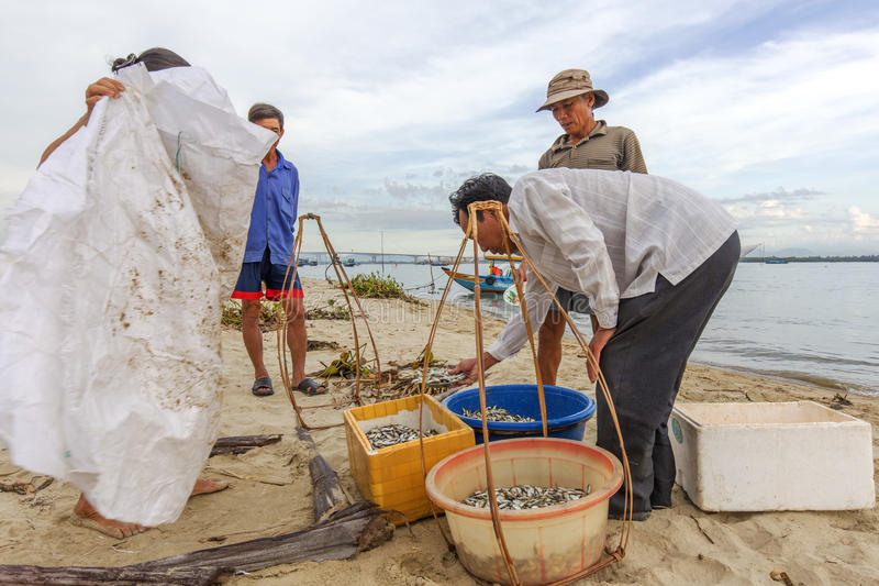 Pescador en madrugada en el río en Hoian, Vietnam fotos de archivo