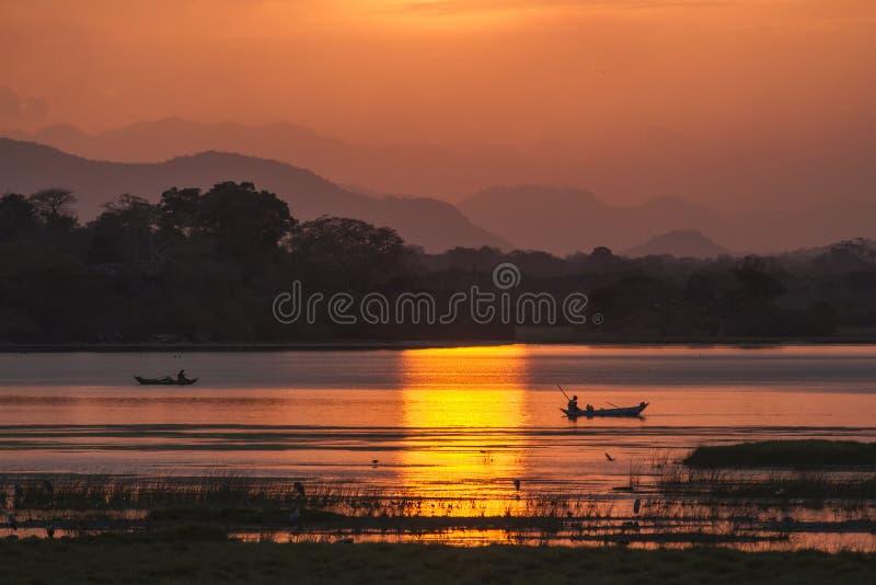Pescador en puesta del sol de la laguna de la bahía de Arugam, Sri Lanka fotografía de archivo