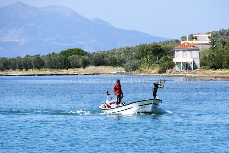 Pescador en un barco imagen de archivo libre de regalías