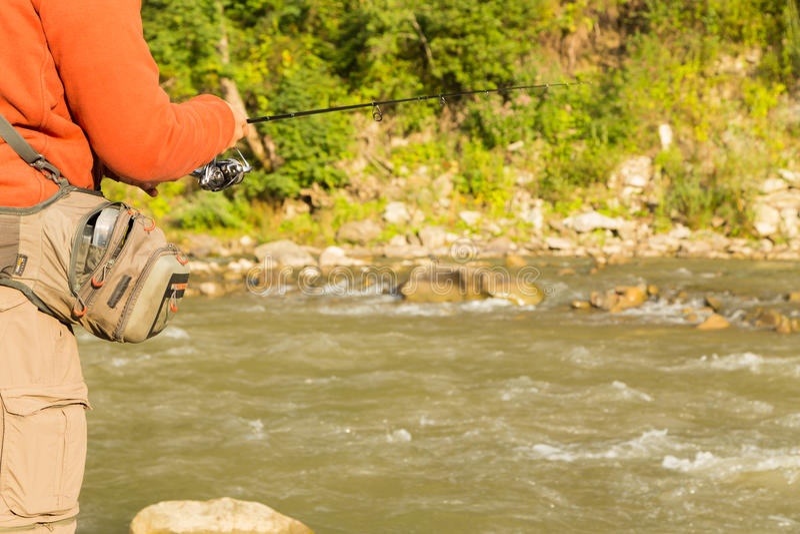 Pescador en un río de la montaña imágenes de archivo libres de regalías