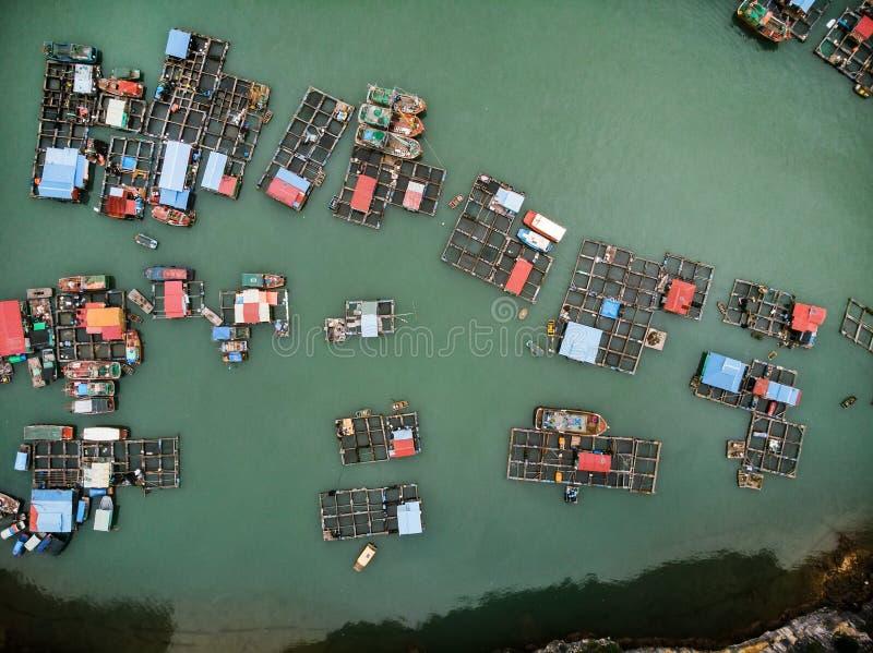 pescador flotante  ?pueblo de s en la bah?a larga de la ha, Vietnam septentrional Visi?n superior, visi?n a?rea imagen de archivo