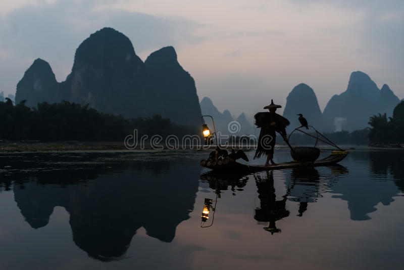 Pescador Guilin Yangshuo Guangxi China foto de archivo
