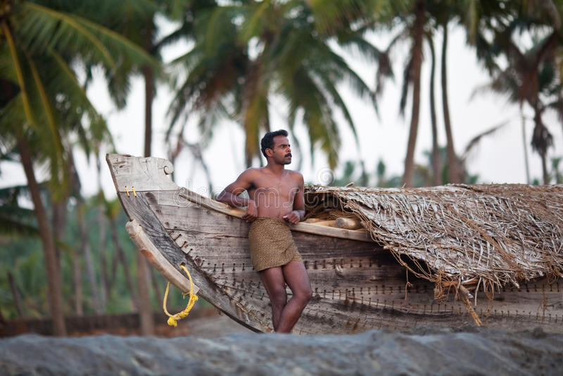 Pescador Indio Y El Barco De Madera Foto editorial