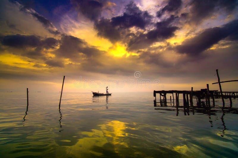 Pescador indonesio de la playa kejawanan foto de archivo libre de regalías