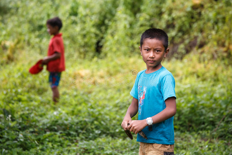 Pescador joven en el lago Rhi, Myanmar (Birmania) fotos de archivo