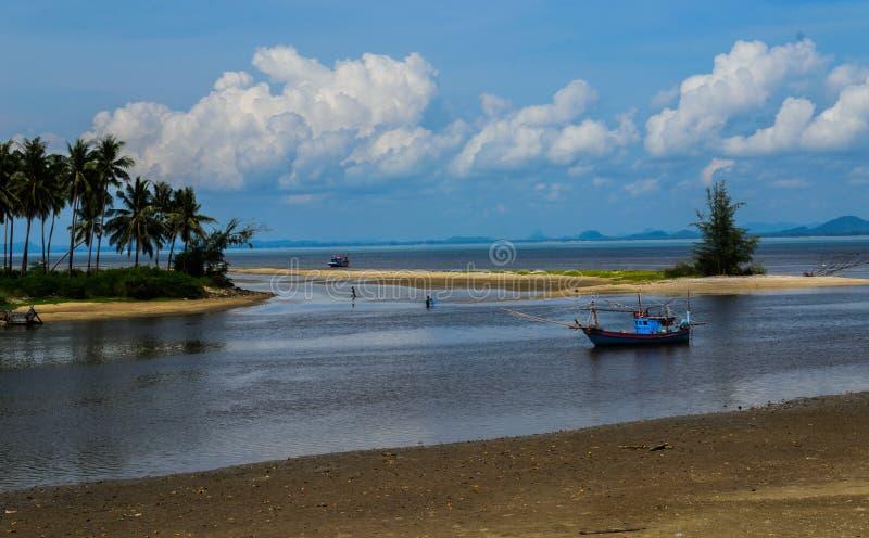 Pescador local en la playa pacífica en verano fotografía de archivo libre de regalías