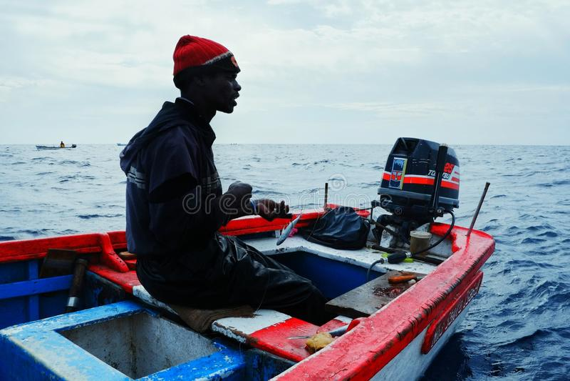 pescador local en una caza grande del grupo para el atún amarillo de la aleta o el otro pescado en barcos o botes tradicionales foto de archivo libre de regalías
