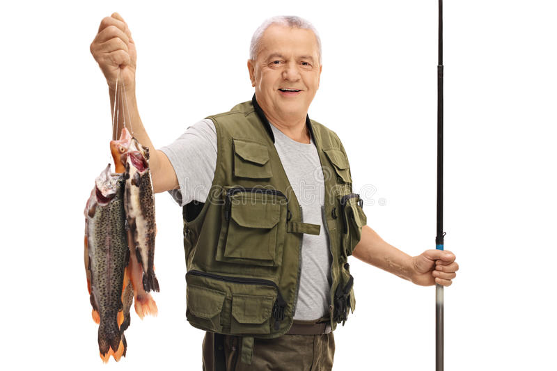 Pescador maduro feliz com uma captura e uma vara de pesca frescas fotografia de stock