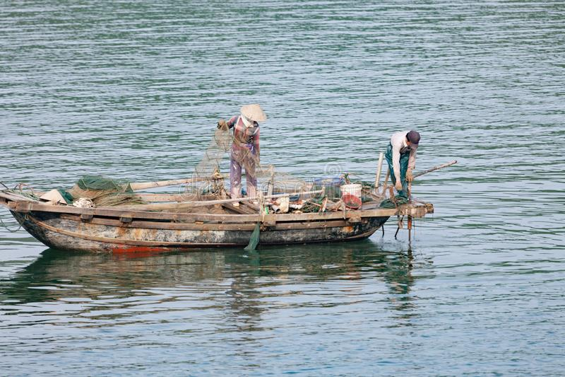 Pescador na baía de Halong em Vietname fotografia de stock royalty free