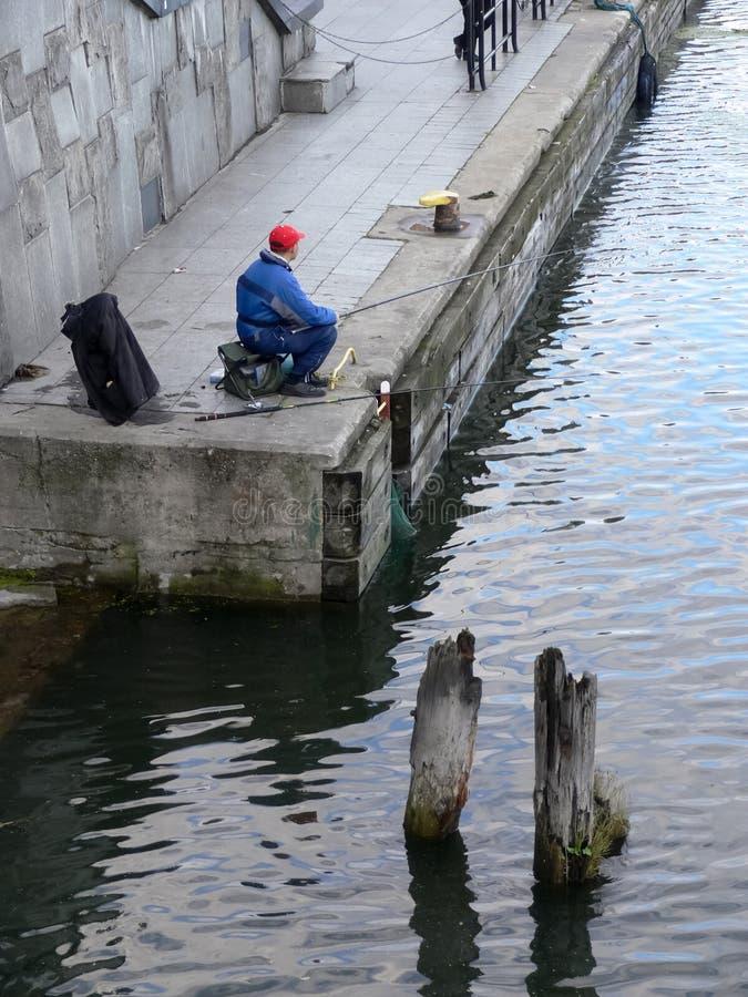 Pescador na porta velha fotos de stock