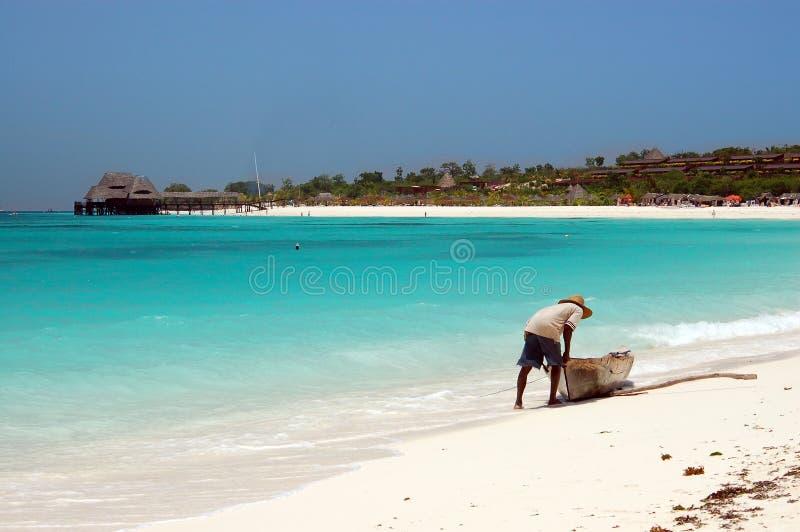 Pescador na praia foto de stock
