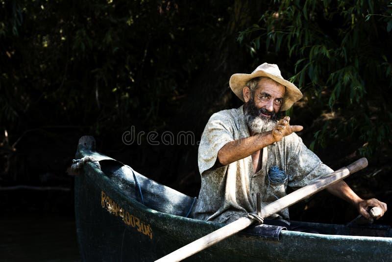 Pescador no barco, delta de Danúbio fotografia de stock royalty free