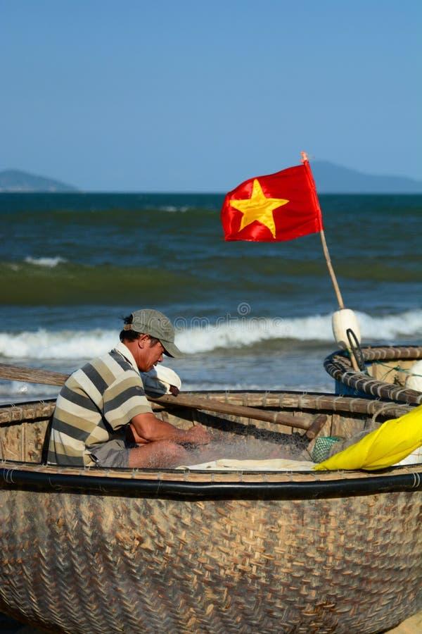 Pescador no barco redondo vietnamiano tradicional ( tung chai) Uma praia do golpe Ponto do interst em Vietnam vietnam fotografia de stock