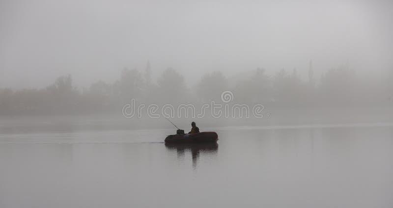 Pescador no bote foto de stock