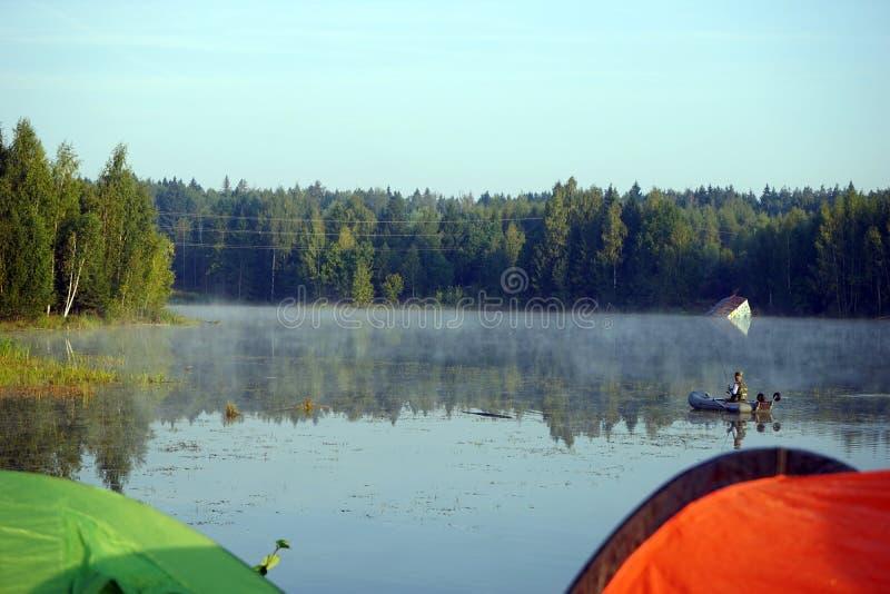 Pescador no lago fotografia de stock