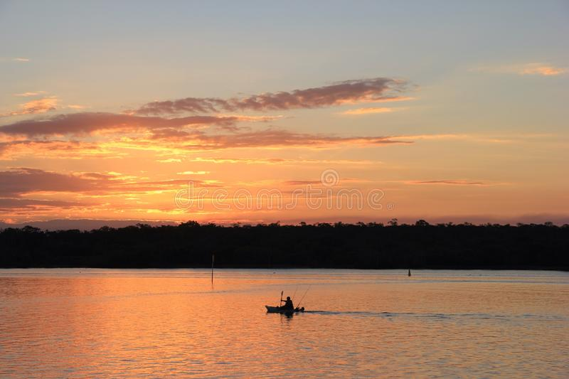 Pescador no rio de Noosa imagem de stock royalty free