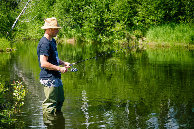 Pescador novo Fishing com paciência imagem de stock royalty free