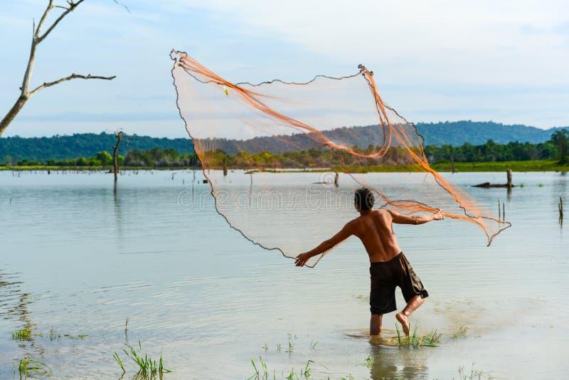Pescador que molda a rede de pesca tradicional aos peixes fotografia de stock royalty free