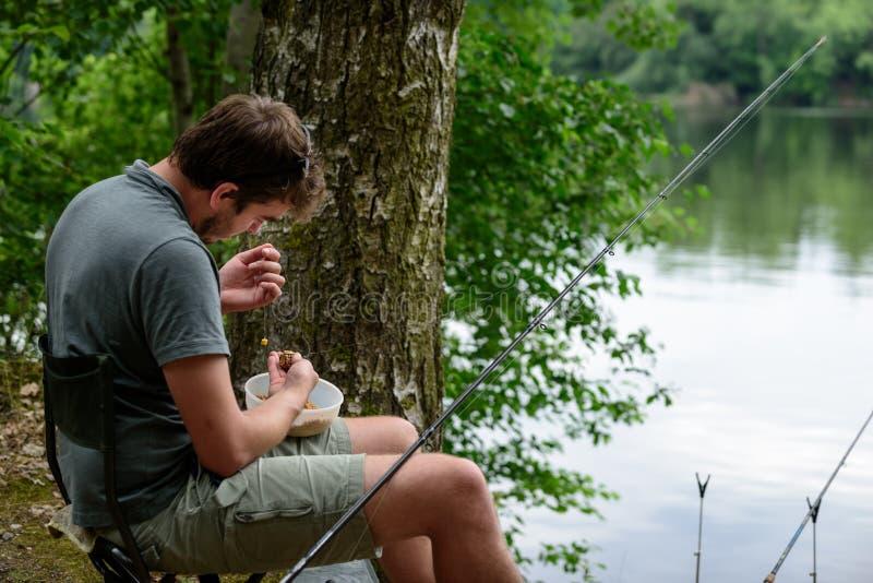 Pescador que prepara a atração, pescando férias da fuga imagem de stock royalty free