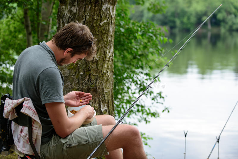 Pescador que prepara a atração, pescando o conceito do passatempo da fuga fotografia de stock royalty free