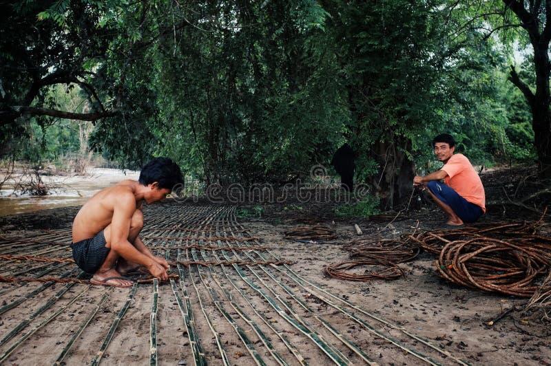 pescador que prepara sus trampas de bambú de los pescados para instalarlo en el río Mekong imágenes de archivo libres de regalías