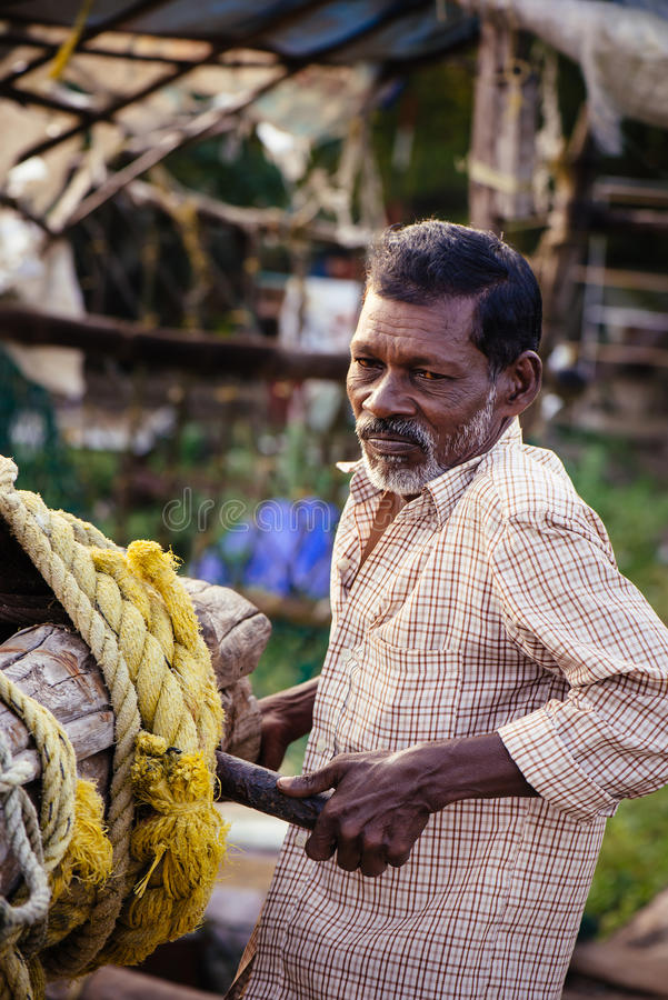Pescador que trabaja la red de pesca china en el fuerte Kochi fotografía de archivo libre de regalías