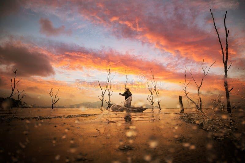 Pescador que trabalha com rede no barco fotos de stock