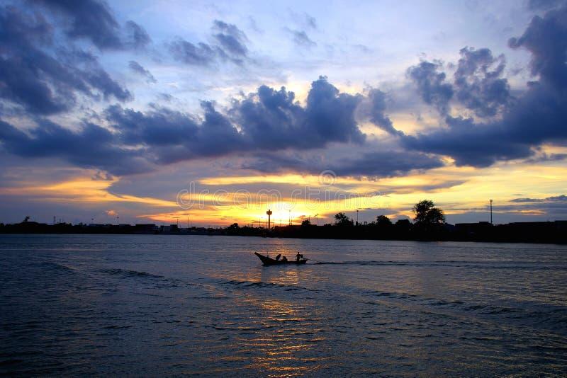 Pescador que vuelve dirigirse fotos de archivo