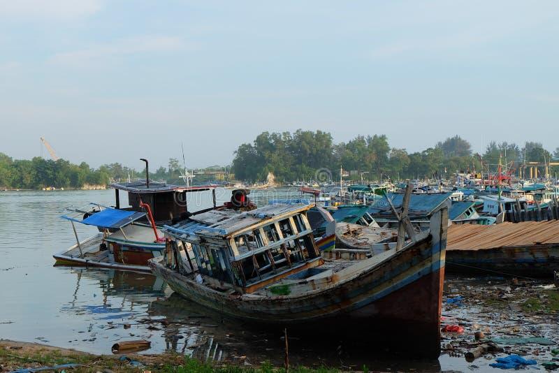Pescador quebrado Boat no porto Sungailiat da pesca imagem de stock royalty free