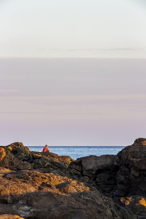 Pescador só na costa búlgara do Mar Negro fotos de stock