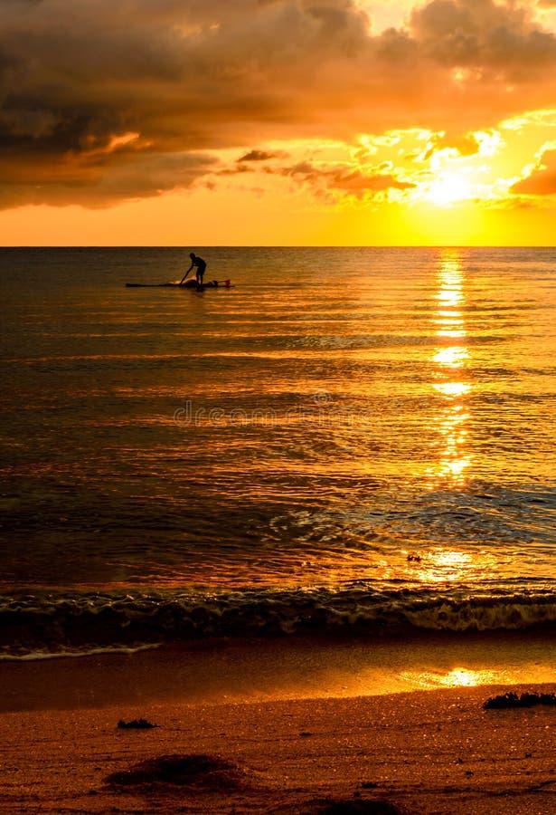Pescador Silhouette Fishing no por do sol fotografia de stock