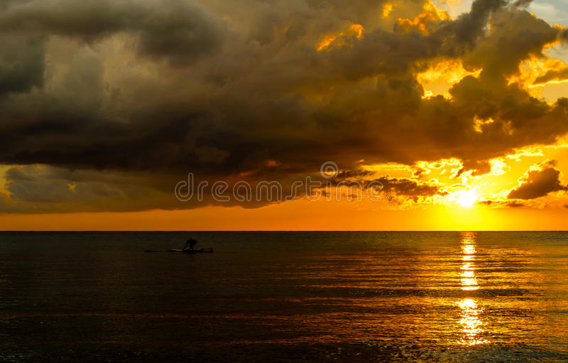 Pescador Silhouette Fishing no por do sol foto de stock royalty free