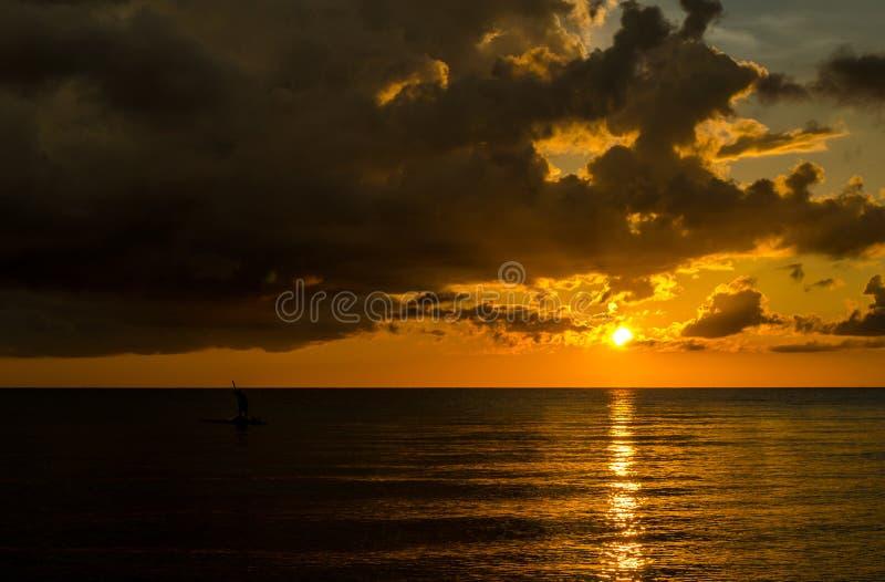 Pescador Silhouette Fishing no por do sol imagens de stock