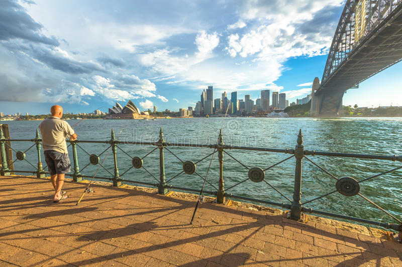Pescador sob Sydney Harbour Bridge fotos de stock royalty free