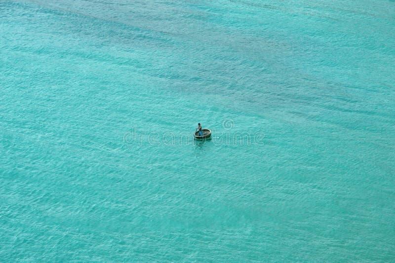 Pescador solamente en el mar imagenes de archivo