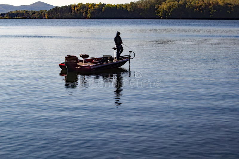 Pescador solitário na manhã fotografia de stock royalty free