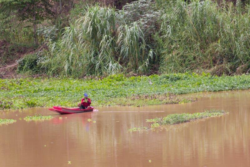 Pescador tailandês no navio no rio imagens de stock