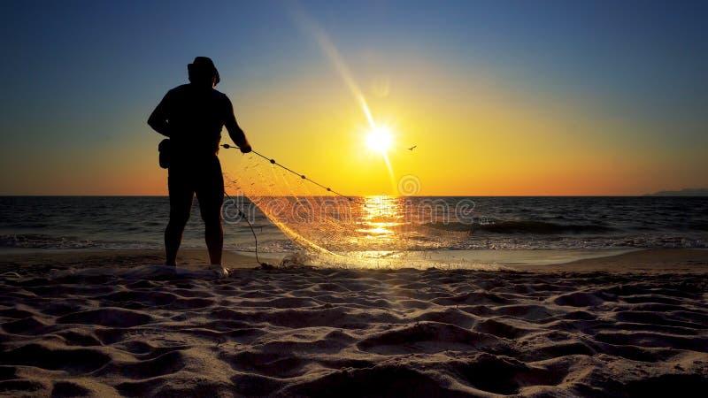 Pescador tailandês que molda uma rede para travar peixes de água doce foto de stock royalty free
