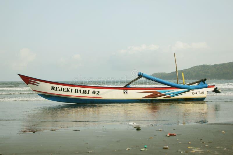 Pescador tradicional de Pangandaran do barco imagem de stock royalty free
