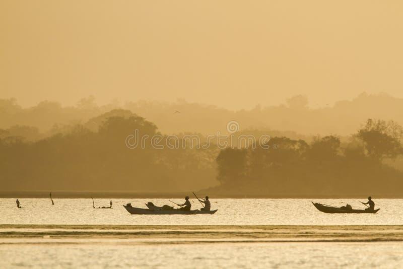 Pescador tradicional en la laguna de la bahía de Arugam, Sri Lanka imagenes de archivo