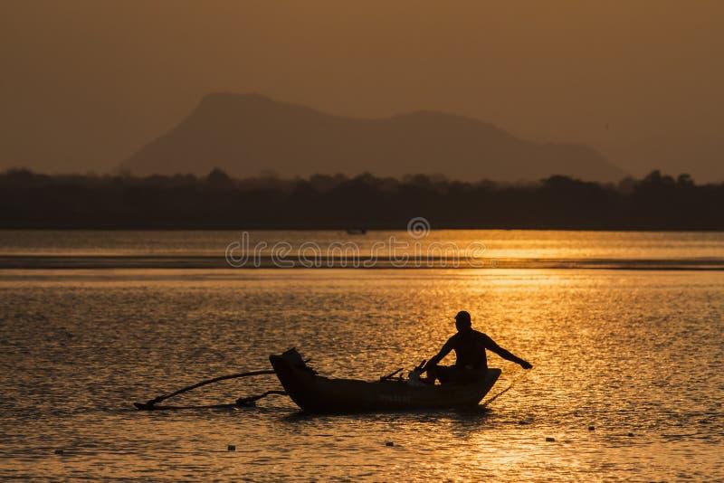Pescador tradicional en la laguna de la bahía de Arugam, Sri Lanka fotografía de archivo