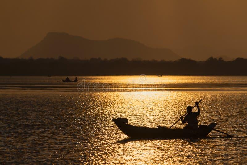 Pescador tradicional en la laguna de la bahía de Arugam, Sri Lanka fotos de archivo