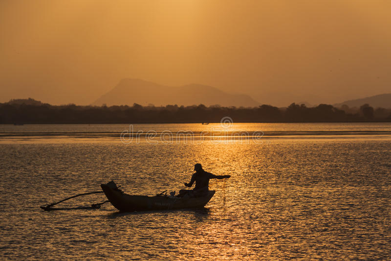 Pescador tradicional en la laguna de la bahía de Arugam, Sri Lanka foto de archivo