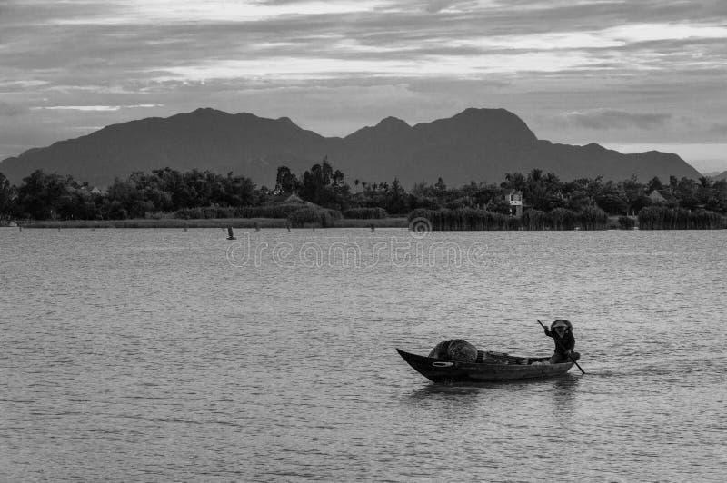 Pescador tradicional en una barca en Vietnam, Indochina, Asia fotografía de archivo