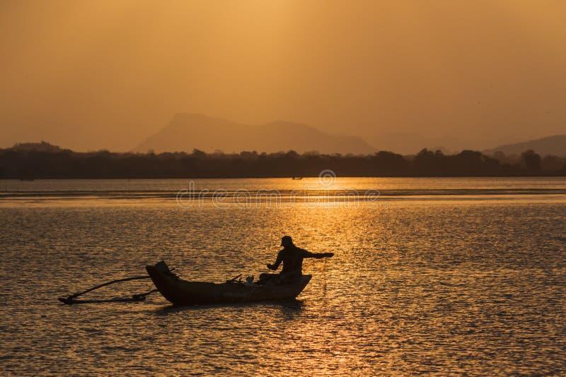 Pescador tradicional na lagoa da baía de Arugam, Sri Lanka foto de stock