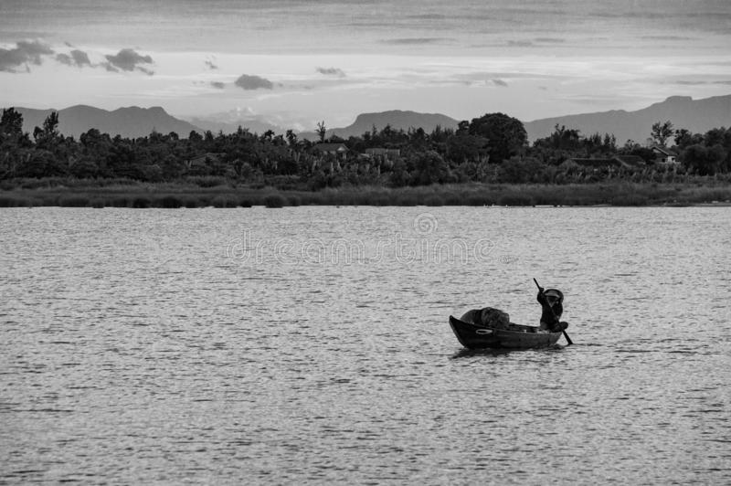 Pescador tradicional Silhouette en una barca en Vietnam, Indochina, Asia foto de archivo libre de regalías